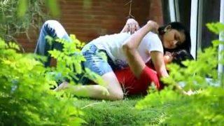 पार्क के कोने में रोमांस करते लवर्स को फिल्माया
